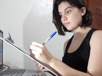 Extensionista Heloísa Araújo elaborando roteiro_Imagem cedida pela equipe