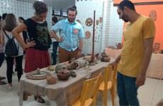 Estudantes e visitantes na abertura da exposição Banquete Cerâmico